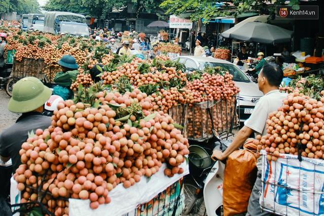 Chùm ảnh: Người dân Bắc Giang ùn ùn đi bán vải, đường phố ùn tắc hàng km - Ảnh 6.
