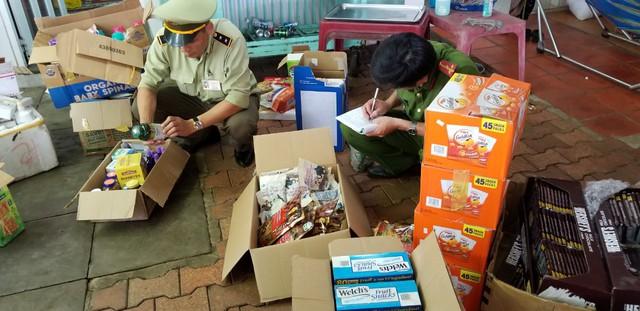 Bắt giữ gần 1.200 sản phẩm mỹ phẩm, thực phẩm nhập lậu - Ảnh 1.