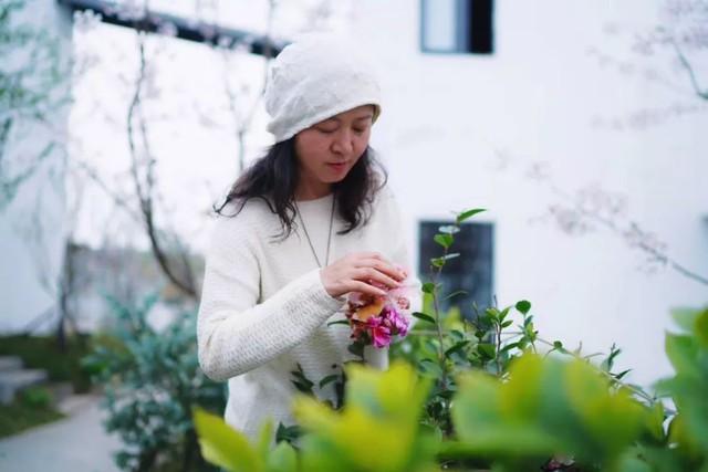 Nữ giám đốc doanh nghiệp quyết định sống cho bản thân sau 40 tuổi bằng cách nghỉ việc về quê trồng hoa - Ảnh 17.