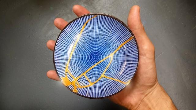 Kintsugi: Nghệ thuật dùng vàng ròng hàn gắn gốm vỡ và triết lý cuộc sống tôn vinh vẻ đẹp từ những rạn nứt tâm hồn của người Nhật - Ảnh 3.