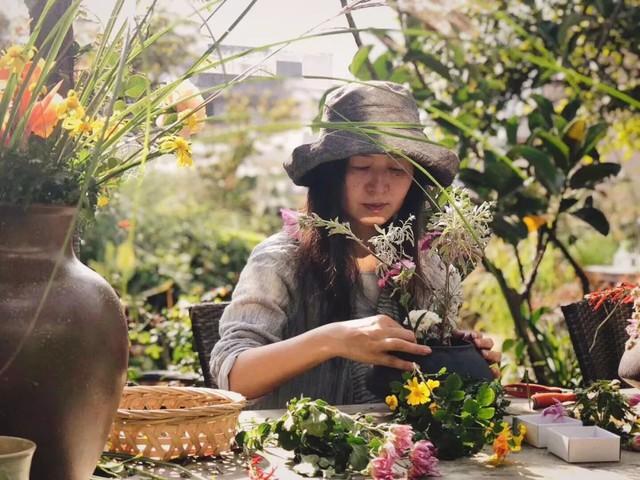 Nữ giám đốc doanh nghiệp quyết định sống cho bản thân sau 40 tuổi bằng cách nghỉ việc về quê trồng hoa - Ảnh 21.