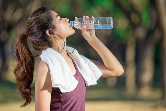 Sốc nhiệt và những dấu hiệu sống còn bạn không nên chủ quan trong mùa nắng nóng - Ảnh 2.