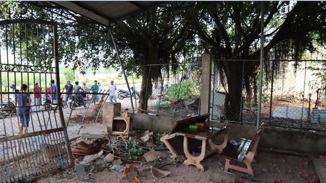Xế hộp Mercedes tông liên tiếp 3 căn nhà, 3 người thương vong - Ảnh 1.