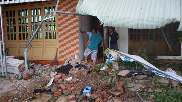 Xế hộp Mercedes tông liên tiếp 3 căn nhà, 3 người thương vong - Ảnh 4.