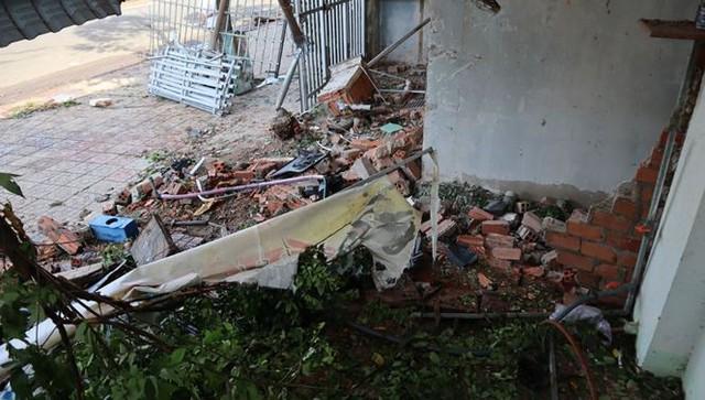 Xế hộp Mercedes tông liên tiếp 3 căn nhà, 3 người thương vong - Ảnh 6.