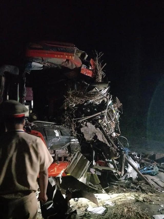 Hiện trường vụ tai nạn kinh hoàng khiến 3 người tử vong, 38 người bị thương ở Hòa Bình - Ảnh 2.