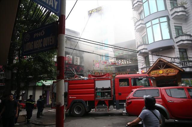Cháy khách sạn trong phố cổ, du khách hoảng loạn tìm cách thoát thân - Ảnh 1.