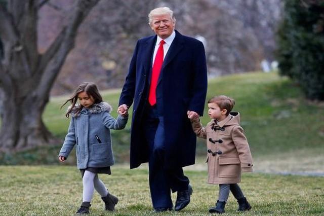 Các con của Tổng thống Mỹ chúc mừng sinh nhật lần thứ 73 của bố bằng những bức hình đặc biệt, làm tan chảy trái tim bất cứ ai - Ảnh 1.