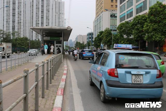 Ảnh: Xe biển xanh cũng lấn làn xe buýt nhanh BRT giữa phố Thủ đô - Ảnh 12.