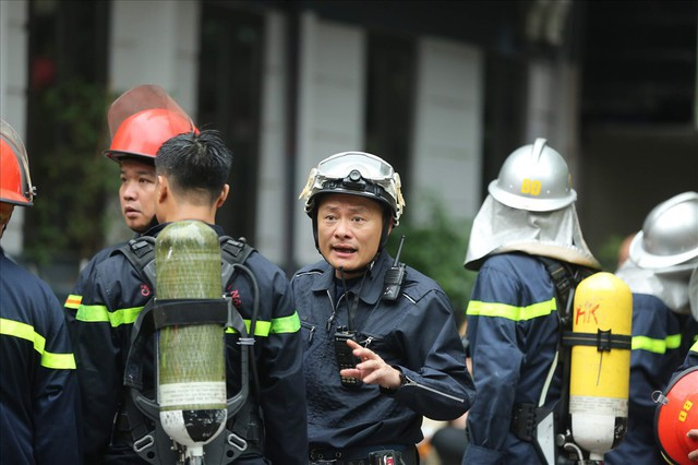 Cháy khách sạn trong phố cổ, du khách hoảng loạn tìm cách thoát thân - Ảnh 12.