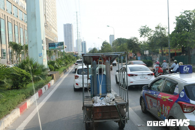Ảnh: Xe biển xanh cũng lấn làn xe buýt nhanh BRT giữa phố Thủ đô - Ảnh 13.