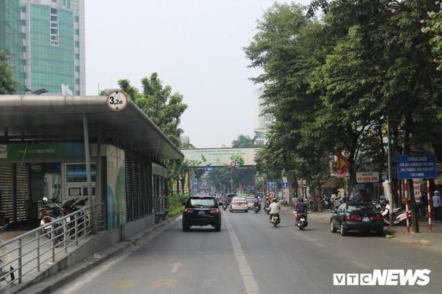 Ảnh: Xe biển xanh cũng lấn làn xe buýt nhanh BRT giữa phố Thủ đô - Ảnh 16.