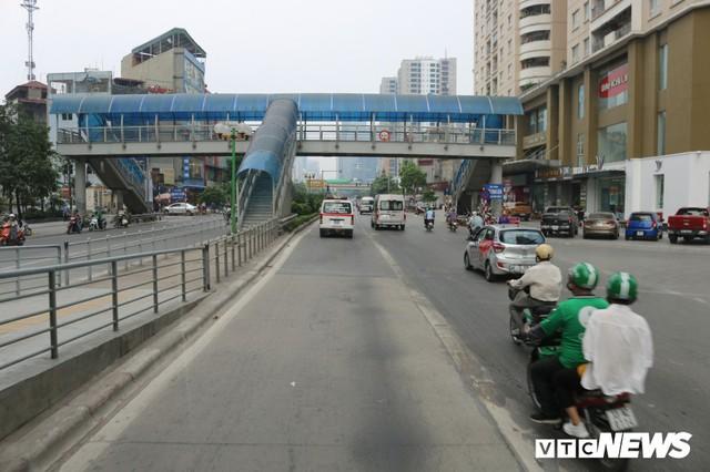 Ảnh: Xe biển xanh cũng lấn làn xe buýt nhanh BRT giữa phố Thủ đô - Ảnh 17.