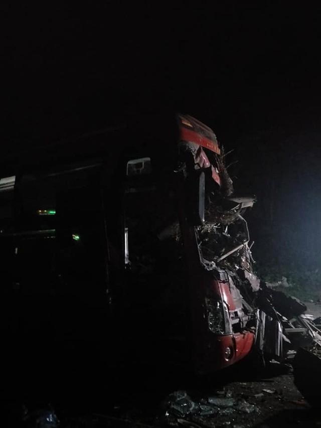Hiện trường vụ tai nạn kinh hoàng khiến 3 người tử vong, 38 người bị thương ở Hòa Bình - Ảnh 3.