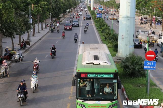 Ảnh: Xe biển xanh cũng lấn làn xe buýt nhanh BRT giữa phố Thủ đô - Ảnh 4.