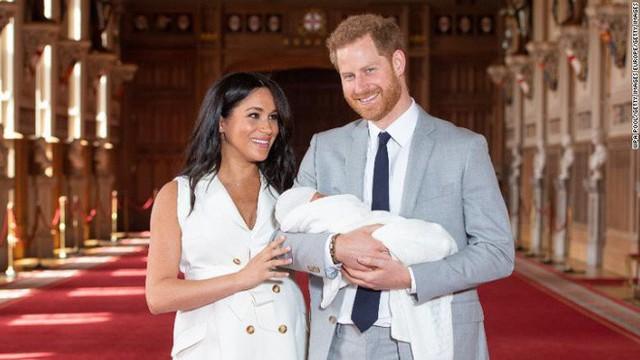 Sau bao ngày chờ đợi, Hoàng tử Harry và Meghan cũng chịu công bố ảnh chụp cận mặt con trai đúng dịp Ngày của bố - Ảnh 4.