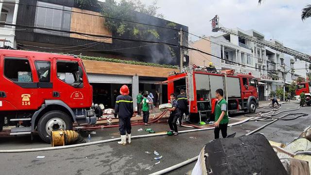 Cháy ngùn ngụt tại Sài Gòn, hàng trăm người dân tháo chạy trong đêm - Ảnh 4.