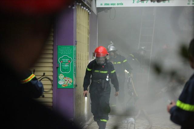 Cháy khách sạn trong phố cổ, du khách hoảng loạn tìm cách thoát thân - Ảnh 4.