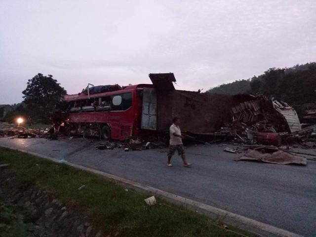 Hiện trường vụ tai nạn kinh hoàng khiến 3 người tử vong, 38 người bị thương ở Hòa Bình - Ảnh 5.