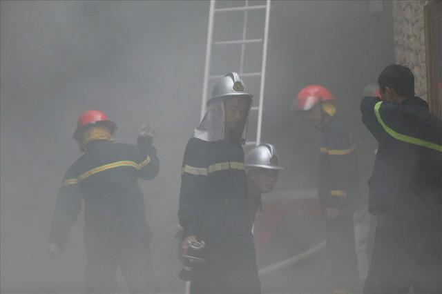 Cháy khách sạn trong phố cổ, du khách hoảng loạn tìm cách thoát thân - Ảnh 5.