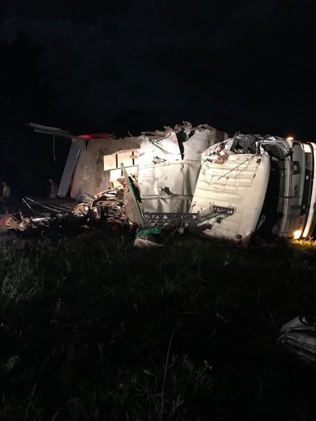 Hiện trường vụ tai nạn kinh hoàng khiến 3 người tử vong, 38 người bị thương ở Hòa Bình - Ảnh 6.
