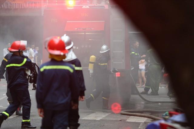 Cháy khách sạn trong phố cổ, du khách hoảng loạn tìm cách thoát thân - Ảnh 6.