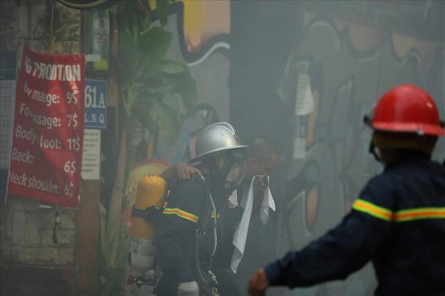 Cháy khách sạn trong phố cổ, du khách hoảng loạn tìm cách thoát thân - Ảnh 7.