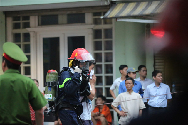 Cháy khách sạn trong phố cổ, du khách hoảng loạn tìm cách thoát thân - Ảnh 8.