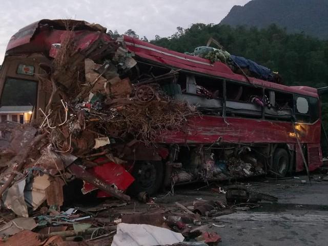 Hiện trường vụ tai nạn kinh hoàng khiến 3 người tử vong, 38 người bị thương ở Hòa Bình - Ảnh 9.