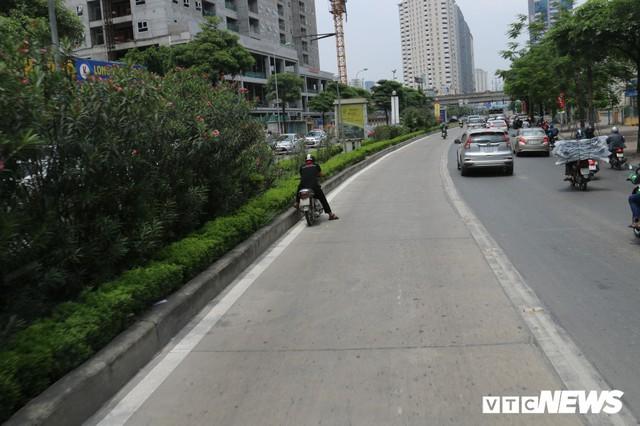 Ảnh: Xe biển xanh cũng lấn làn xe buýt nhanh BRT giữa phố Thủ đô - Ảnh 10.