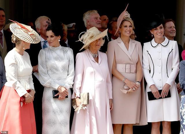 Cuộc đọ sắc có 1-0-2: Ba biểu tượng sắc đẹp của hoàng gia thế giới xuất hiện cùng nhau, Công nương Kate kém sắc nhất, chịu lép vế trước U50 - Ảnh 1.