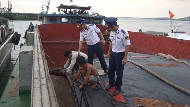 Phát hiện tàu chở 100 tấn phân bón không rõ nguồn gốc  - Ảnh 2.