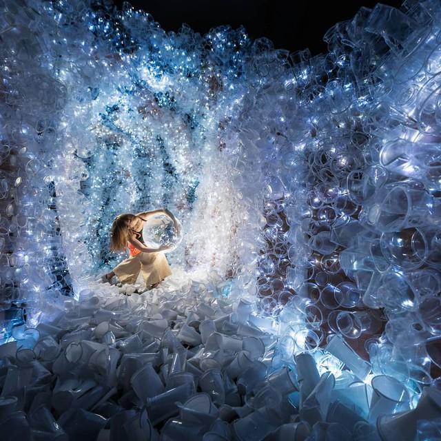 Từ rác thải nhựa trên khắp thế giới, nghệ sĩ thị giác đã biến chúng thành những tác phẩm nghệ thuật khiến ai cũng phải xuýt xoa trầm trồ - Ảnh 12.