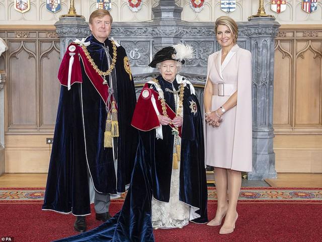 Cuộc đọ sắc có 1-0-2: Ba biểu tượng sắc đẹp của hoàng gia thế giới xuất hiện cùng nhau, Công nương Kate kém sắc nhất, chịu lép vế trước U50 - Ảnh 10.