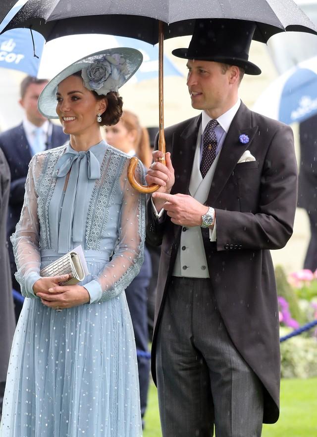 Sau vụ lùm xùm ngoại tình, Hoàng tử William hành động lãng mạn với Công nương Kate, so với nhà Meghan Markle vẫn khác nhau một trời một vực - Ảnh 2.