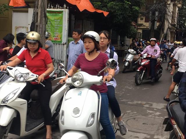 Thi vào lớp 10 ở Hà Nội: Phụ huynh đội mưa đưa con đi thi từ mờ sáng - Ảnh 2.