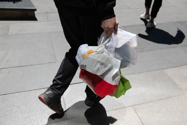 Ứng dụng giao đồ ăn nhấn chìm Trung Quốc trong biển nhựa - Ảnh 2.