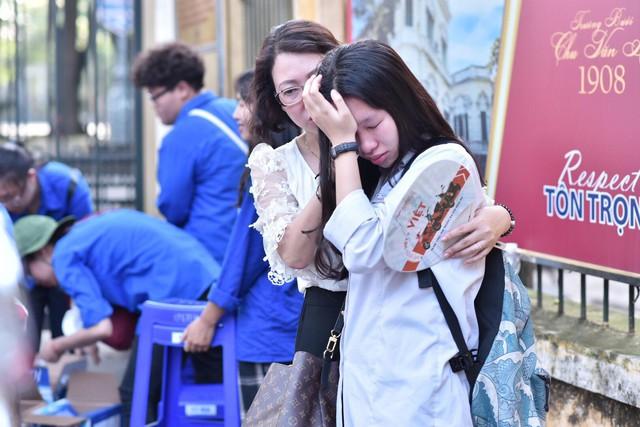 Hàng loạt thí sinh và phụ huynh bật khóc nức nở ngoài cổng trường thi vì không làm được bài - Ảnh 11.