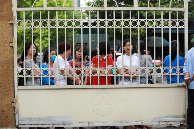 Thi vào lớp 10 ở Hà Nội: Phụ huynh đội mưa đưa con đi thi từ mờ sáng - Ảnh 14.