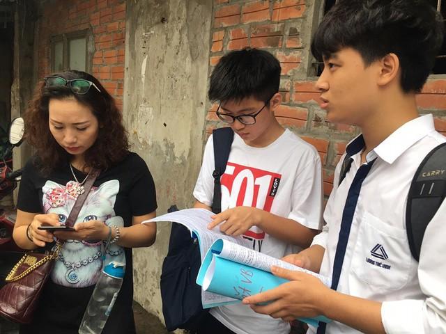 Thi vào lớp 10 ở Hà Nội: Phụ huynh đội mưa đưa con đi thi từ mờ sáng - Ảnh 3.