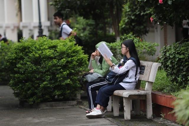 Thi vào lớp 10 ở Hà Nội: Phụ huynh đội mưa đưa con đi thi từ mờ sáng - Ảnh 4.