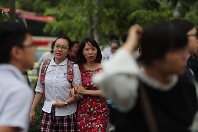 Thi vào lớp 10 ở Hà Nội: Phụ huynh đội mưa đưa con đi thi từ mờ sáng - Ảnh 7.