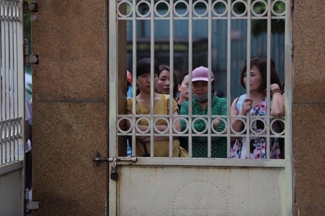 Thi vào lớp 10 ở Hà Nội: Phụ huynh đội mưa đưa con đi thi từ mờ sáng - Ảnh 8.
