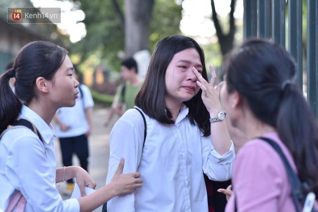 Hàng loạt thí sinh và phụ huynh bật khóc nức nở ngoài cổng trường thi vì không làm được bài - Ảnh 10.