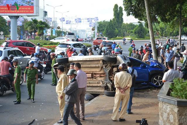 Ảnh: Hiện trường vụ ô tô con tông hàng loạt xe khi dừng đèn đỏ - Ảnh 1.