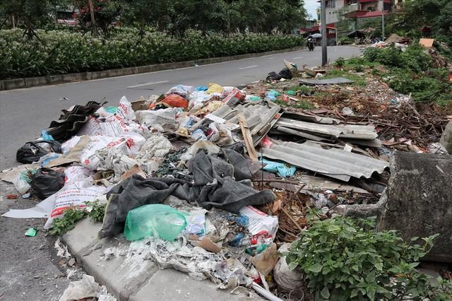 Hà Nội: Rác thải chất đống, bốc mùi ở chân cầu vượt Văn Cao - Ảnh 1.