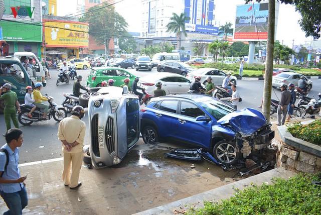 Ảnh: Hiện trường vụ ô tô con tông hàng loạt xe khi dừng đèn đỏ - Ảnh 3.