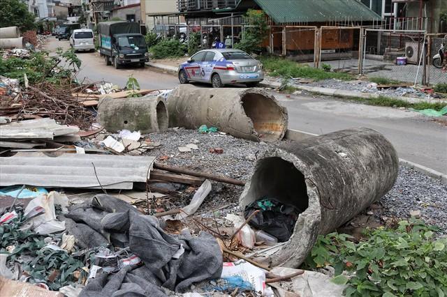 Hà Nội: Rác thải chất đống, bốc mùi ở chân cầu vượt Văn Cao - Ảnh 3.