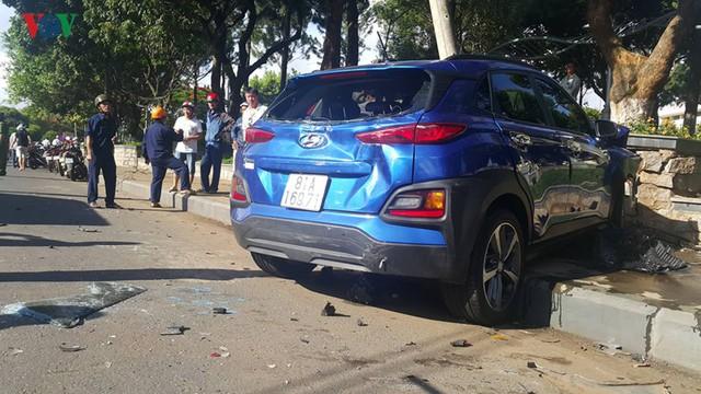 Ảnh: Hiện trường vụ ô tô con tông hàng loạt xe khi dừng đèn đỏ - Ảnh 4.