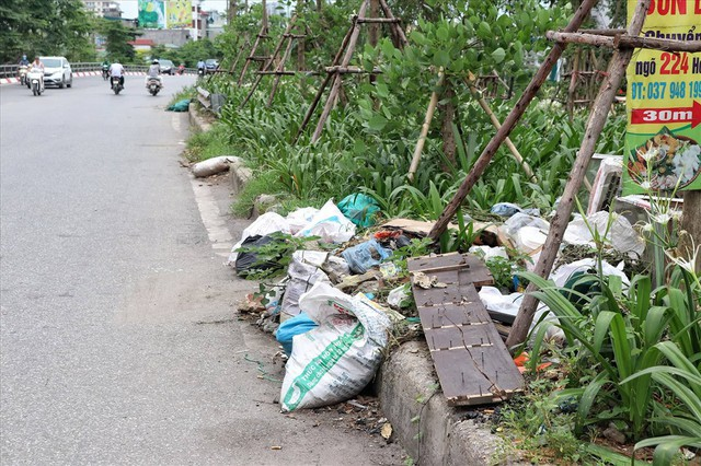 Hà Nội: Rác thải chất đống, bốc mùi ở chân cầu vượt Văn Cao - Ảnh 4.